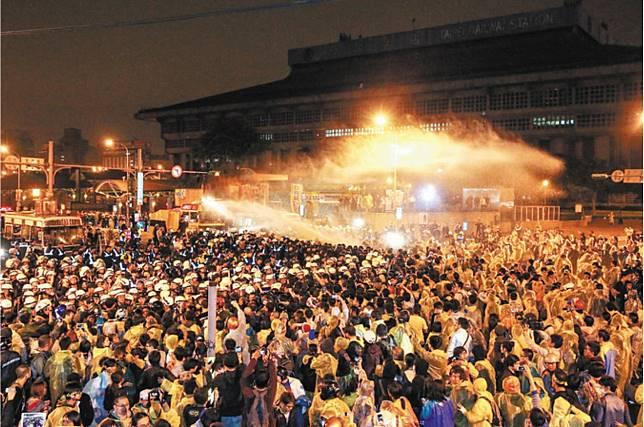 反核群眾2014年上街要求停建核四遭警方驅離獲國賠。本報資料照片