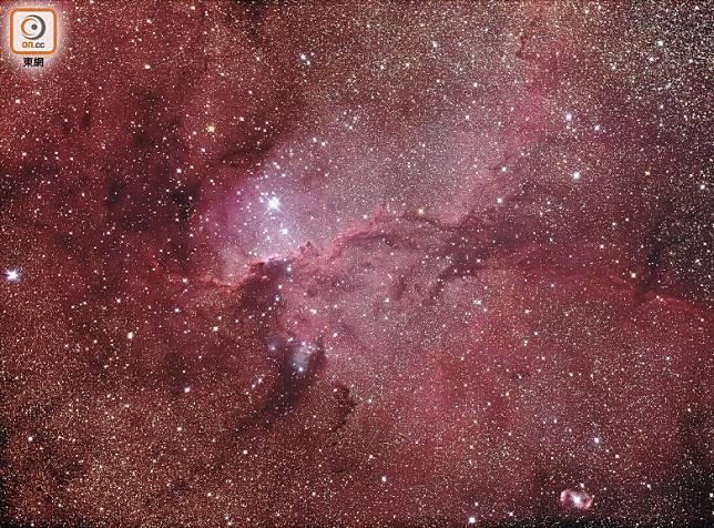 引進低通濾鏡,能清晰捕捉到散光星雲放出來的紅光Hydrogen-Alpha(Hα 656.3nm)。(互聯網)