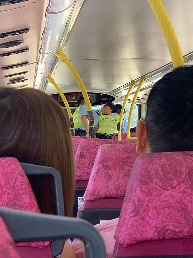 警員登上巴士搜查。Milo Jaii圖片