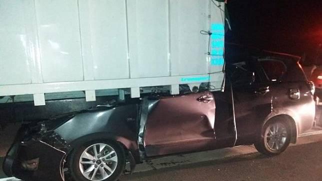Kecelakaan maut terjadi di Jalur Tol Trans Sumatera yang menyebabkan Toyota Innova nyungsep di kolong pantat kontainer hingga rata