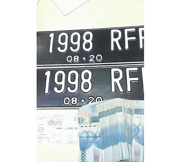 Ilustrasi pelat nomor yang tidak dipasang beserta denda yang harus dibayarkan