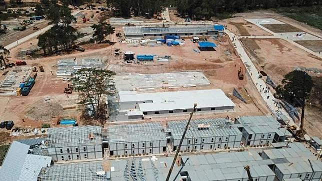 Foto aerial progres pembangunan rumah sakit khusus Corona (COVID-19) di Pulau Galang, Batam, Kepulauan Riau, Rabu, 25 Maret 2020. Rumah sakit ini dilengkapi beberapa fasilitas di antaranya, mess petugas, asrama dokter dan perawat, gedung sterilisasi, laundry, gudang, power house, ruang observasi dan isolasi pasien Corona, hingga landasan helikopter. ANTARA/Bobby