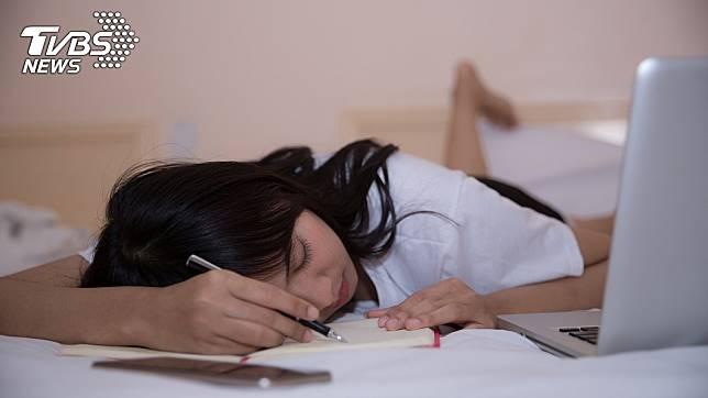 研究顯示每日午餐後午睡1小時,提高記憶力及思維能力。示意圖/TVBS