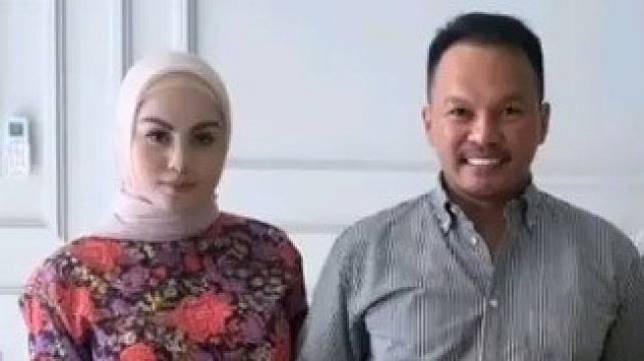 Jennifer Dunn dan suaminya, Faisal Haris [Instagram].