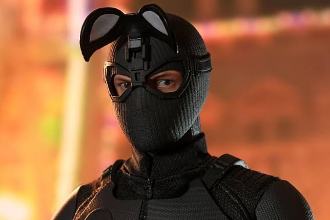 白色眼罩可向上掀開,露出Tom Holland雙眼,但若送多個真人頭雕就更好。(互聯網)