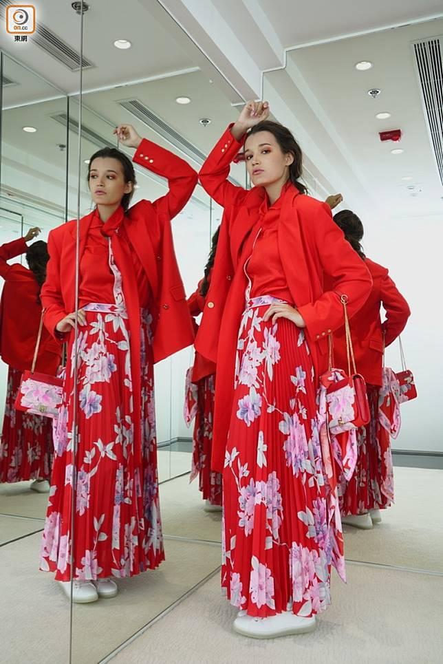 紅色恤衫、紅色西裝褸、紅色印花百褶長裙、紅色印花手袋 (方偉堅攝)