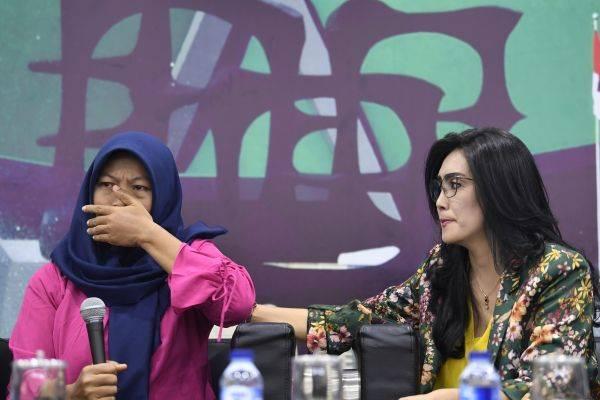 Terpidana kasus pelanggaran Undang-Undang Transaksi dan Informasi Elektronik (UU ITE), Baiq Nuril Maknun (kiri) di Kompleks Parlemen Senayan