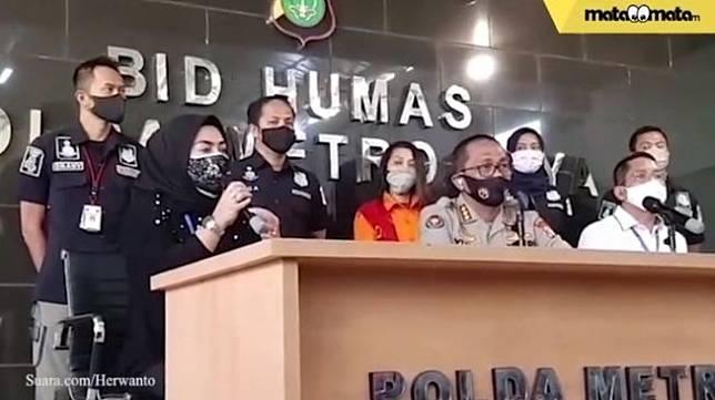 Aisyahrani hadir dalam rilis tentang penangkapan penyebar hoaks video syur kakaknya, Syahrini [Suara.com]
