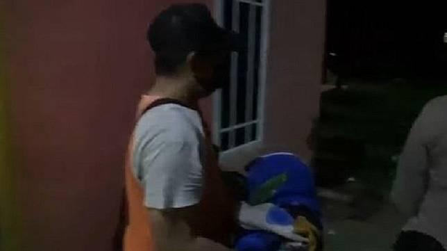 Polisi mengevakuasi mayat bayi yang ditemukan dalam lemari di rumah kontrakan warga di Tanjungpinang, Kepri, Senin (6/7/2020). (Foto: iNew/Humala Nasution)