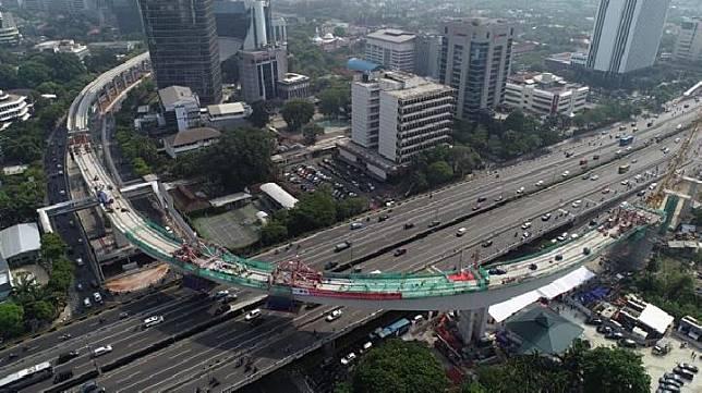 Jembatan lengkung LRT Jakarta di Kuningan-Gatot Subroto. (twitter.com/@jokowi)
