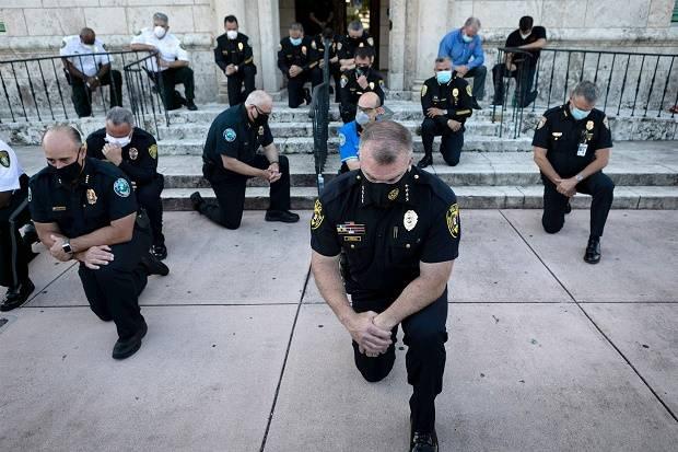 Dari New York Hingga Florida, Polisi Berlutut Bersama Demonstran