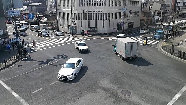 香港司機睇到綠燈時,旁邊線對頭車道也會是綠燈,要在在虛線格內等候,直至沒有對頭車駛過才可以轉彎。(互聯網)