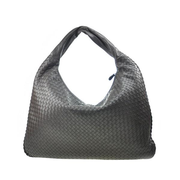 靈感來自永恆的Hobo包,傳統的Veneta是BV手袋系列的標誌性元素。 這是Bottega Veneta的intreccio技術最具代表性的例子。 編織皮革飾邊裝飾整個包包輪廓,進一步增強其獨特的造