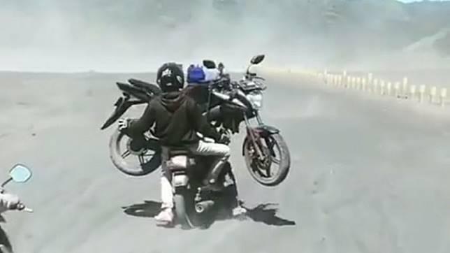 Motor naik motor di Bromo