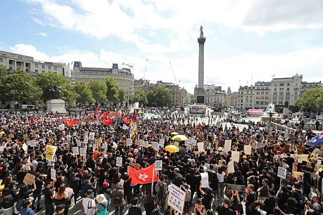 倫敦遊行在特拉法加廣場出發,支持香港示威者的人士與反對者分成兩邊。(法新社圖片)