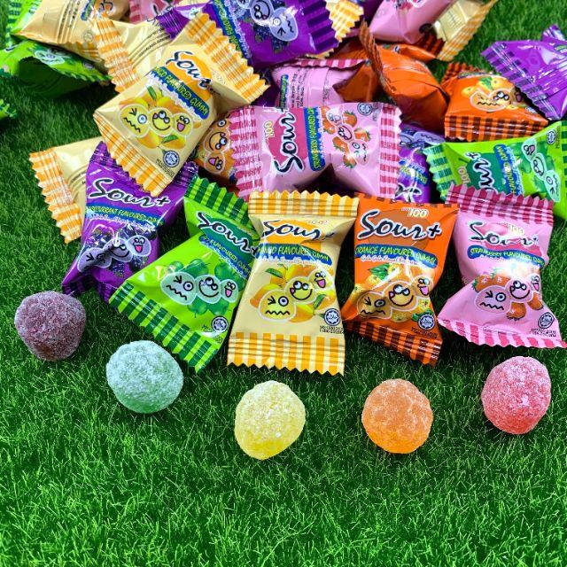 #酸酸糖 #整人糖 是一款外層裹著酸粉的 #水果硬糖 ,剛入口時,酸勁會直接衝進腦門,讓全身抖動起來,隨後就有水果甜滋滋的味蕾來安撫你的舌頭,很是在愚人節送人,或是想挑戰不怕酸的朋友。 可以吃又可以玩