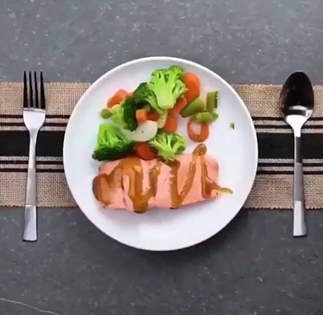 大家不妨猜猜看,這美味可口的慢煮三文魚,是用甚麼方法烹調而成?(互聯網)