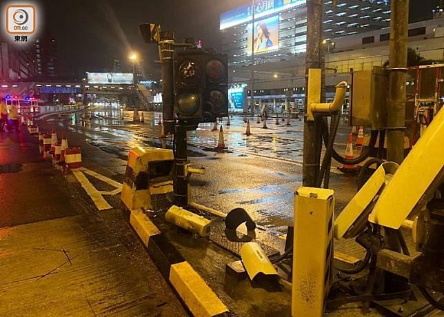 示威者毀壞在紅隧九龍出入口的收費亭設施。(黃雄攝)