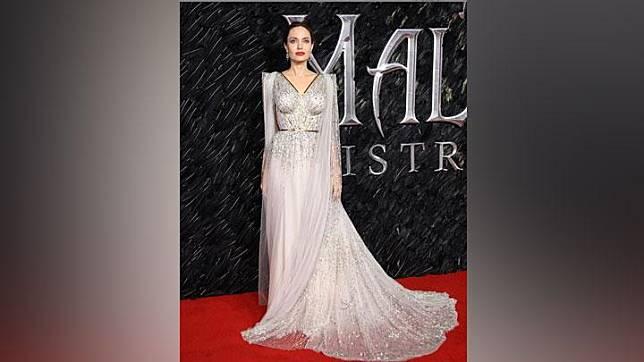 Angelina Jolie mengenakan gaun dari koleksi Ralph & Russp saat menghadiri pemutaran perdana Maleficent: Mistress of Evil, di London, Inggris. Instagram/@ralphandrusso