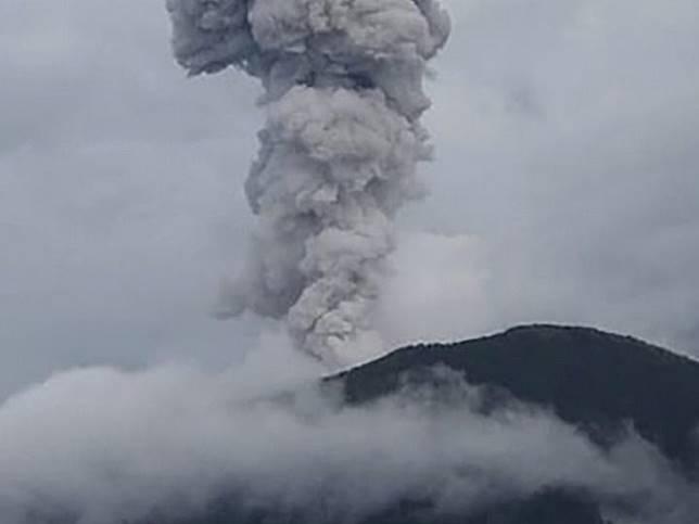 Gunung Ibu di Halmahera meletus, Merapi luncurkan lava pijar