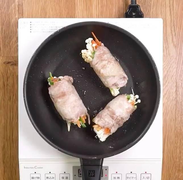 起油鑊,煎香豚肉卷。(互聯網)