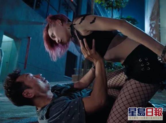劇中仲有唔少「肉搏」鏡頭,包括觸及龔嘉欣個胸。