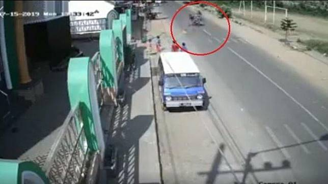 Pengendara motor tersangkut benang layangan di jalan raya
