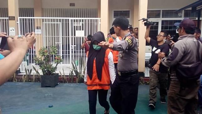 Dengan pengawalan aparat, VN, salah satu terdakwa kasus Vina Garut, tengah memasuki ruang sidang, dalam lanjutan sidang di Pengadilan Negeri Garut