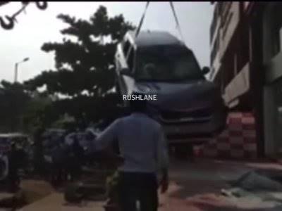 Ngeri, Mobil Baru Besutan Kia Jatuh dari Lantai Atas di Dealer Mobil