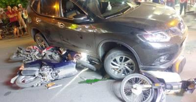 [NÓNG] Ô tô 'nuốt' 4 xe máy ở TP.HCM, người lớn, trẻ em mắc kẹt dưới gầm