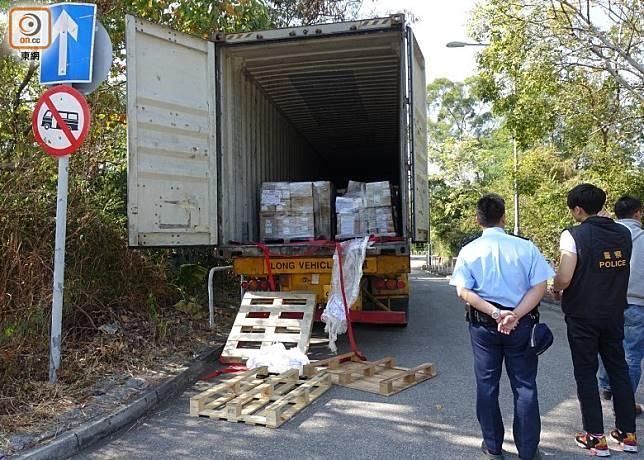 貨櫃車被偷走電子零件,警方展開調查。(葉子健攝)