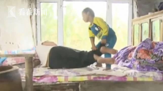 黑龍江一名5歲男童,父母在他出生後失蹤,他獨力照顧癱瘓的爺爺。(圖/翻攝自看看新聞)