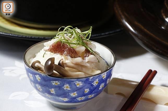 日式釜飯本身已有味道,不需另加豉油拌食。(郭凱敏攝)