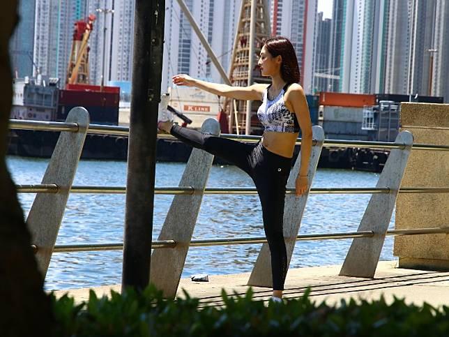 張名雅做足熱身去跑步。