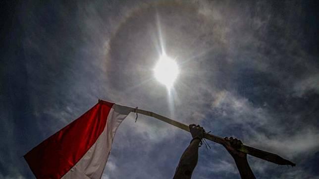 Fenomena cincin matahari muncul di langit kawasan Kota Lhokseumawe, Aceh, Rabu (28/8). [ANTARA FOTO/Rahmad]