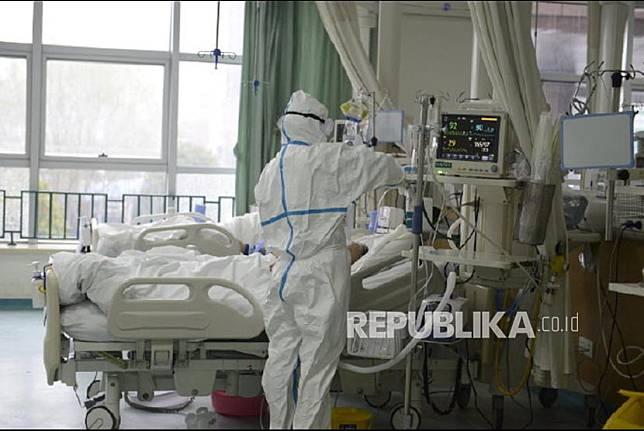 (Ilustrasi) Petugas Kesehatan di Rumah Sakit merawat pasien yang diduga terpapar virus corona.