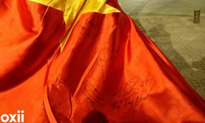 Lá cờ Tổ quốc 'vô giá vì có chữ ký Anh Đức'