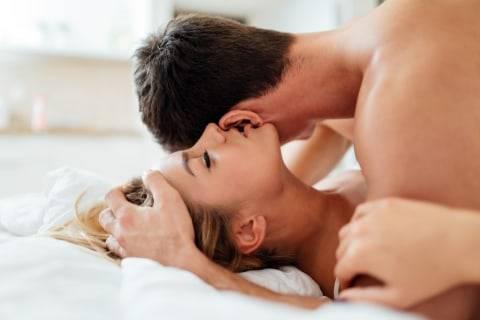 5 Posisi Seks yang Paling Cocok Dilakukan di Tempat Sempit