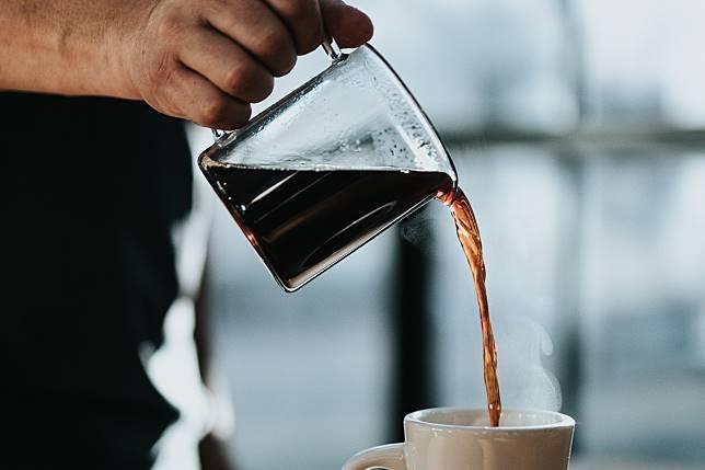 ▲發現咖啡大小做錯,女客人向店員反應,但對方「重製」的方式卻非常特別。(示意圖,非當事人/取自 Unsplash )