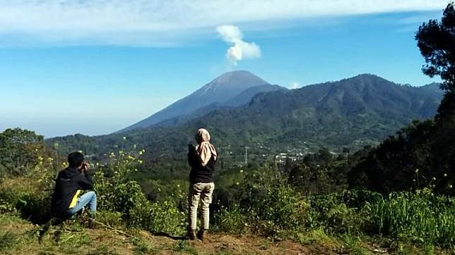 Gunung Semeru terlihat dari Desa Ranupani, Kecamatan Senduro, Kabupaten Lumajang, Jawa Timur, pada Minggu, 29 April 2018. Gunung Semeru merupakan gunung tertinggi di Pulau Jawa dan kini menjadi salah satu gunung paling populer dan favorit pendakian. TEMPO/Abdi Purmono