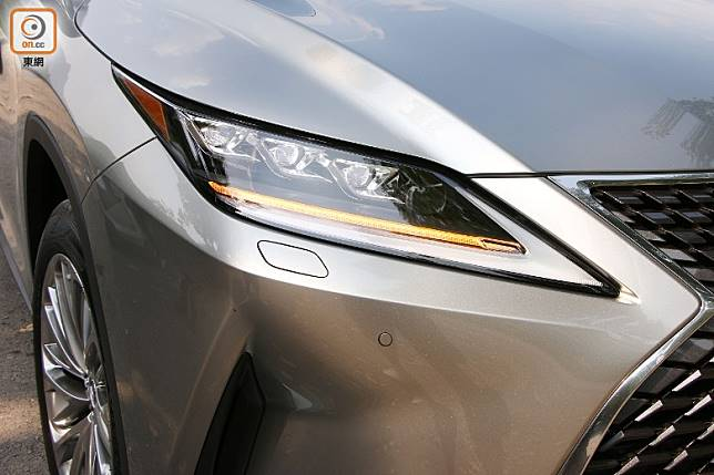 拍攝車的LED頭燈,導入了序列式指揮燈及世界首創BladeScan Type AHS 主動遠近光燈技術。(盧展程攝)