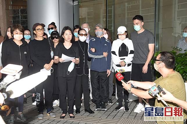 二房女兒何超瓊(前左三)於記者會上代表發言。