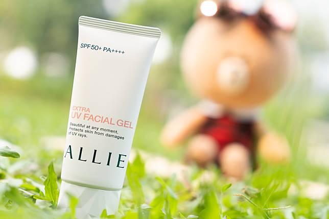 一般防曬產品容易脫落,Allie extra UV facial gel SPF 50 PA++++($186/60ml)指它們加入了獨有的抗摩擦機能,即使經過衣物與包包的摩際,防曬塗層都可以恢復原本的形狀保護肌膚。
