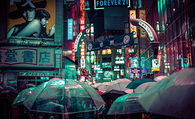 ▲日本多數人都用大把的長柄傘,原因與其民族性有關。(示意圖/取自 Unsplash )