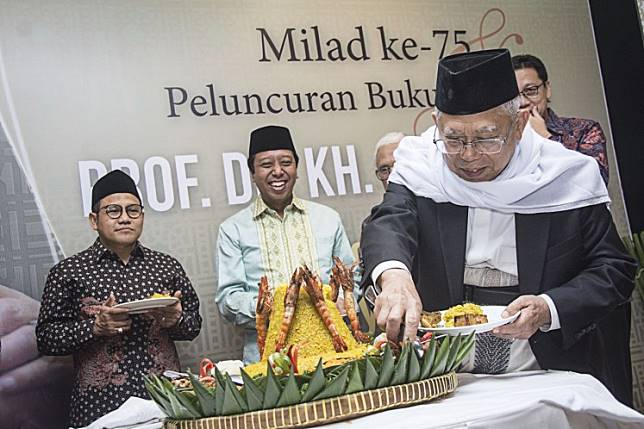 Showing gratitude: National  Awakening Party (PKB) chairman Muhaimin Iskandar (left) and United Development Party (PPP) chairman Muhammad Romahurmuziy (center) attend the launch of the autobiography of notable Islamic ulema KH Ma'ruf Amin in Jakarta on March 12.