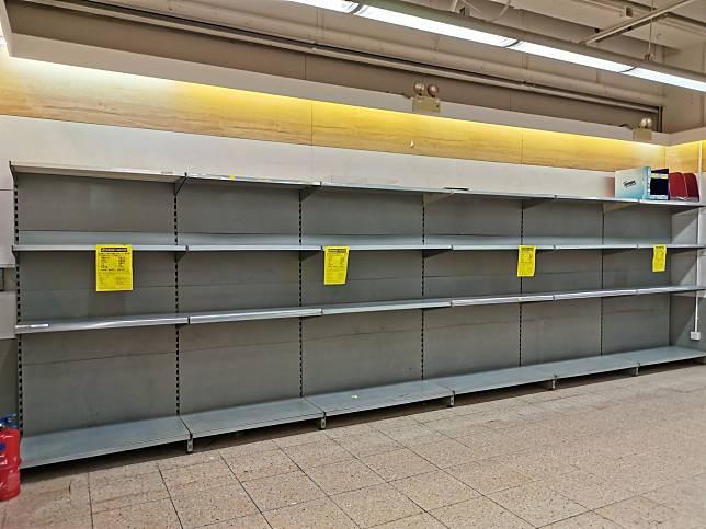 ▲先前「衛生紙之亂」全球各地架上物資皆被搶購一空。(圖/翻攝PTT)
