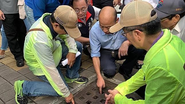 高雄市長韓國瑜(中)15日視察登革熱防疫情形。(資料照片,柯宗緯攝)