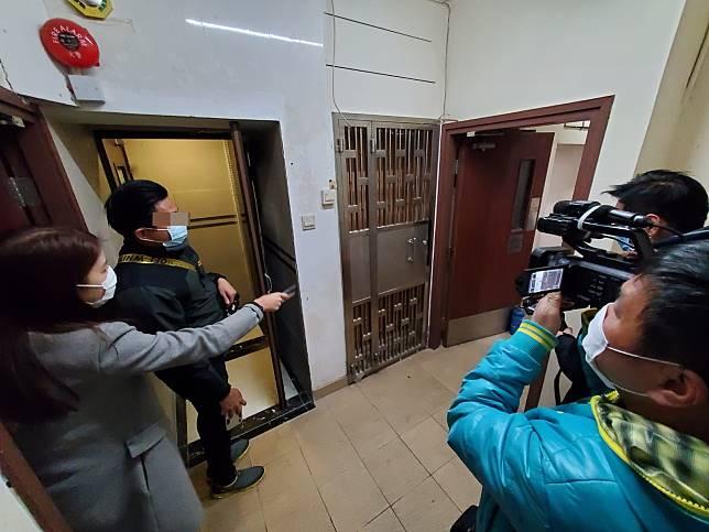 警方在旺角一間賓館搜獲懷疑被劫廁紙。