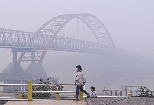 Kabut asap di Sungai Kahayan, Palangkaraya, Kalimantan Tengah, Minggu (15/9/2019).