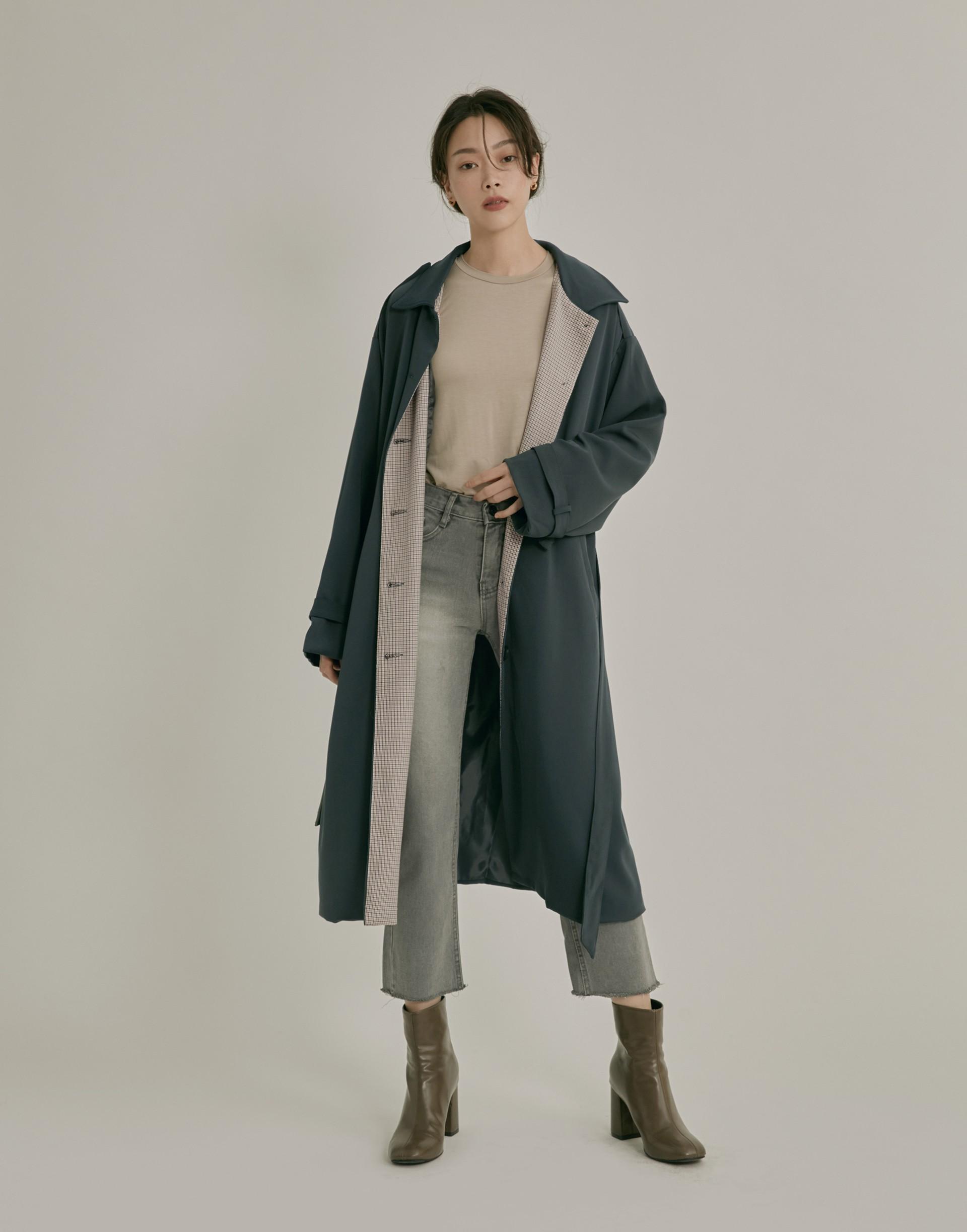 彈性:適中 親膚舒適的風衣面料、有內裡、領內格紋印花、壓釦設計、袖口和腰後附綁帶